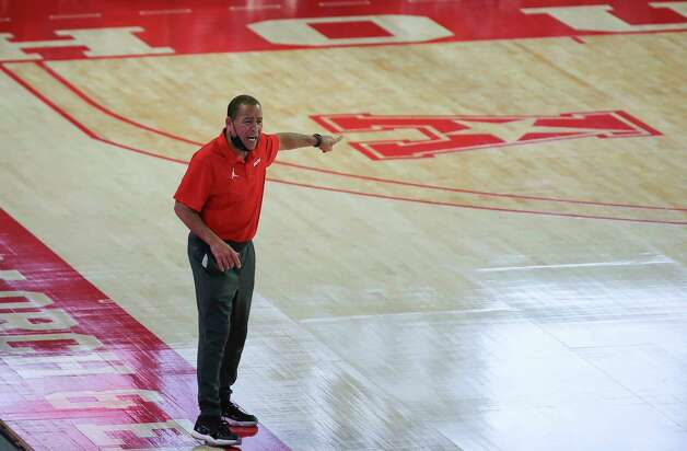 Houston Cougars head coach Kelvin Sampson talking to his players during the first half of the AAC game against the Tulsa Golden Hurricane Wednesday, Jan. 20, 2021, at Fertitta Center in Houston. Photo: Yi-Chin Lee, Staff Photographer / © 2021 Houston Chronicle