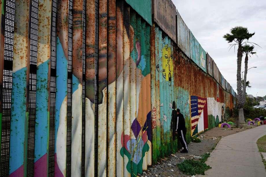 Un hombre mira a través del primer muro en Friendship Park, cerca de donde la frontera que separa Tijuana, México y San Diego se encuentra con el Océano Pacífico, el martes 19 de enero de 2021 en Tijuana, México. En los días antes de que Joe Biden se convirtiera en presidente, los equipos de construcción trabajaron rápidamente para terminar el muro de Donald Trump en un icónico parque transfronterizo con vista al Océano Pacífico que la entonces primera dama Pat Nixon inauguró en 1971 como símbolo de amistad internacional. Photo: Gregory Bull /Associated Press / Copyright 2021 The Associated Press. All rights reserved