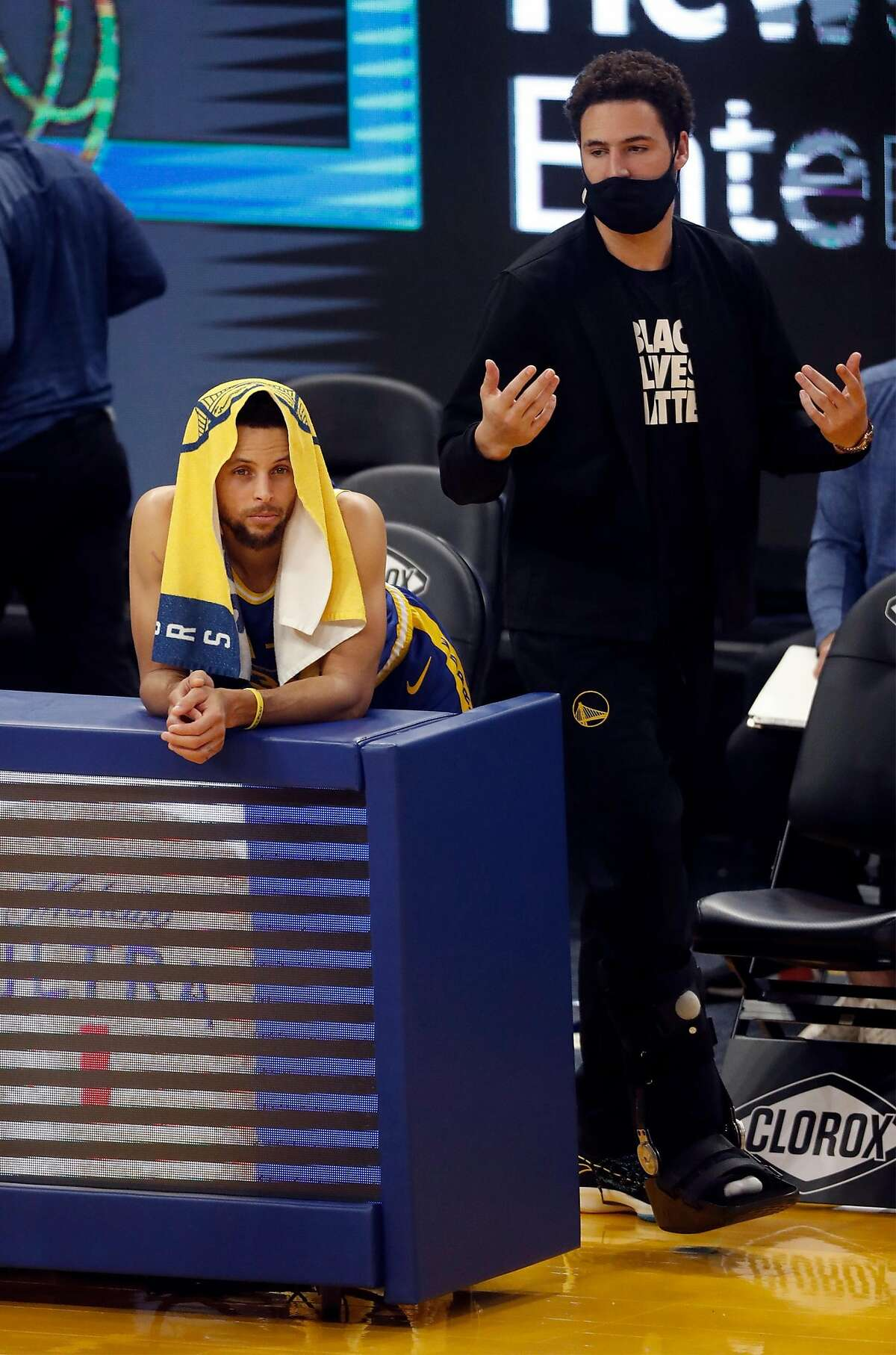 Warriors teammates Stephen Curry and Klay Thompson look on warily as the Knicks open a 16-point lead in the fourth quarter of a Jan. 21 game.
