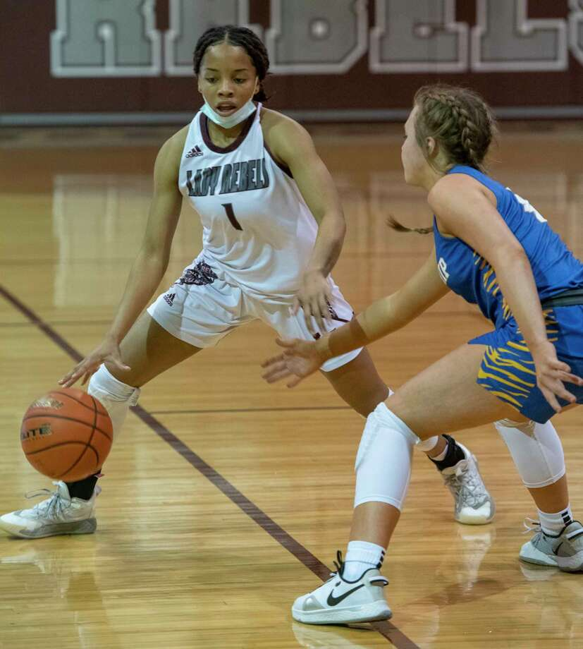 Lee High's Myleah Young brings the ball downcourt as Frenship's Abbi Holder defends 01/22/2021 at the Lee High gym. Tim Fischer/Reporter-Telegram Photo: Tim Fischer, Midland Reporter-Telegram