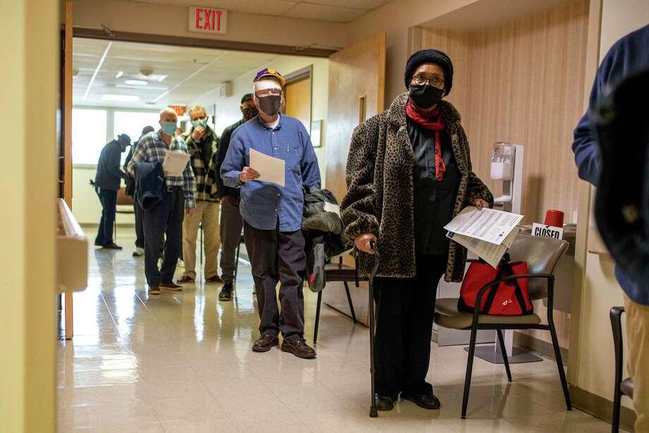 Donnie Richardson, una jubilada de la Fuerza Aérea de Estados Unidos de 70 años, espera en línea para vacunarse contra el COVID-19 en el Centro Médico VA de Filadelfia, el sábado 23 de enero de 2021. Photo: Tyger Williams /Associated Press / © The Philadelphia Inquirer