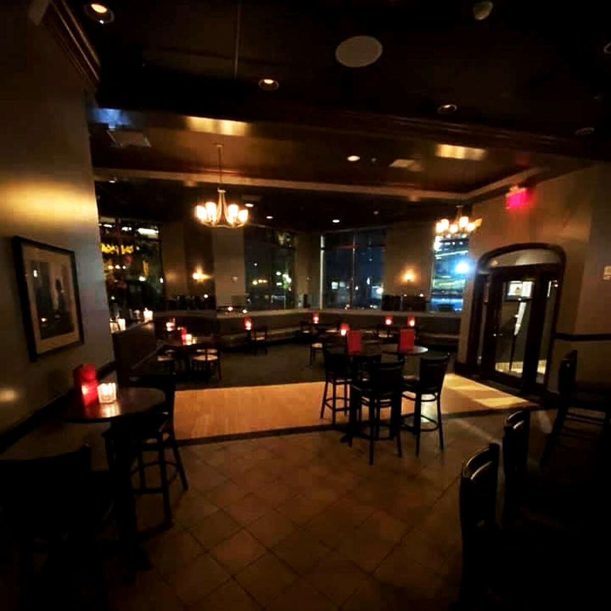 Under current New York state regulations, restaurants and bars licensed to serve alcohol must be empty of customers by 10 p.m. The New York State Restaurant Association would like the curfew extended to midnight. (Provided phot0.)