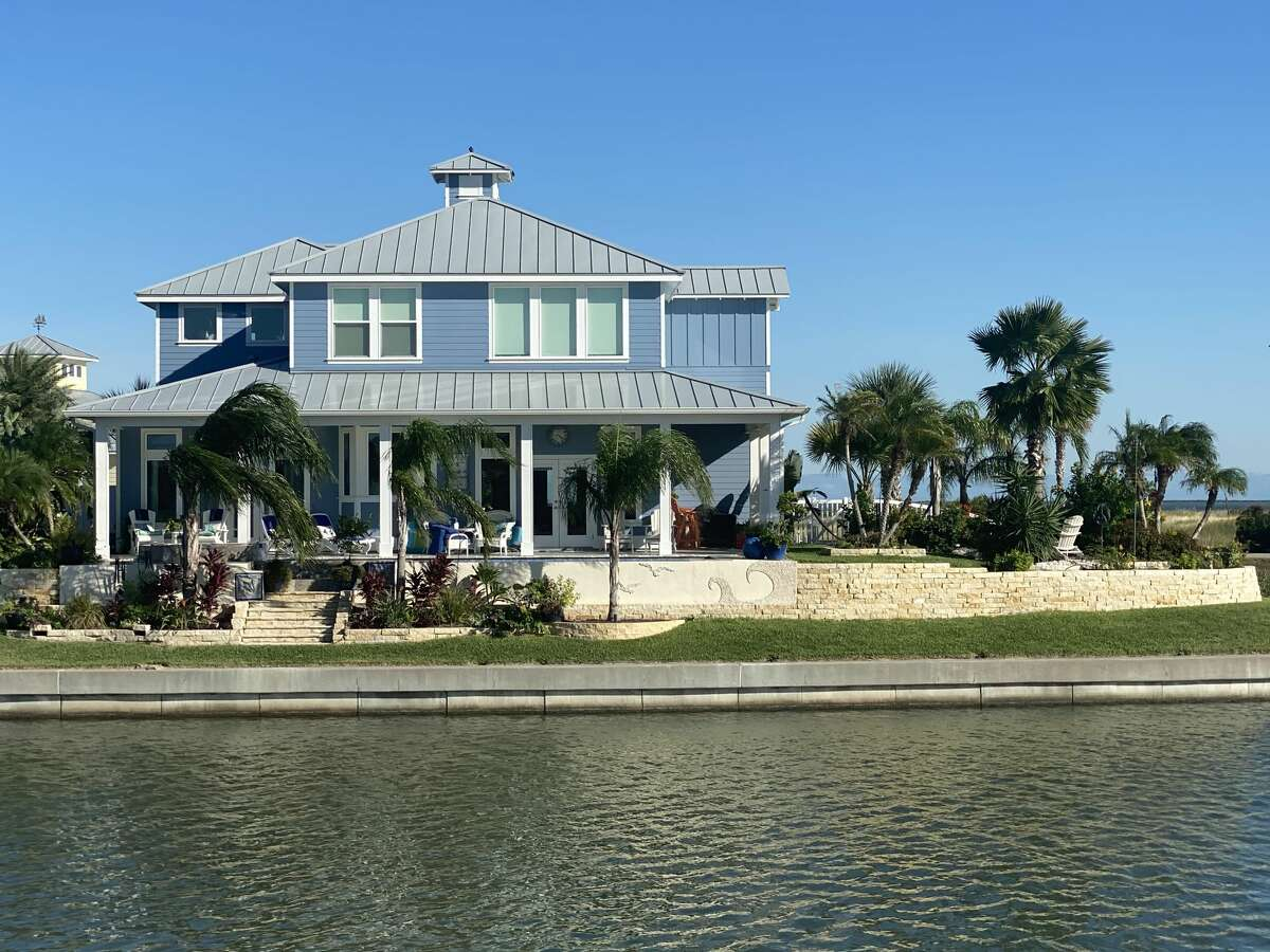 At the Islands of Rockport, home-side private docks and wide canals provide residents instant access to Estes Flats/Redfish Bay