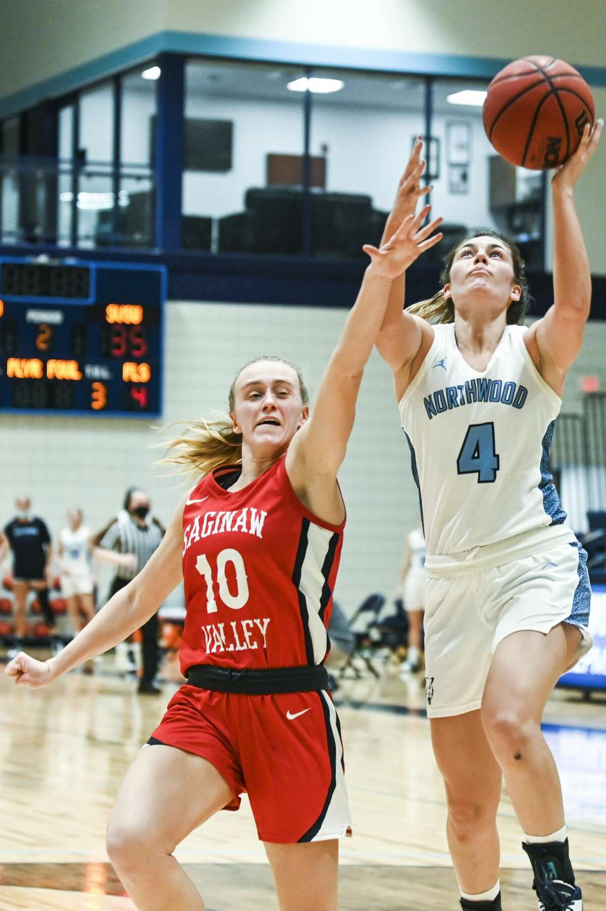 Northwood's Ali Keyser drives to the basket during a game against SVSU Tuesday, Jan. 26, 2021 at Northwood. (Adam Ferman/for the Daily News)
