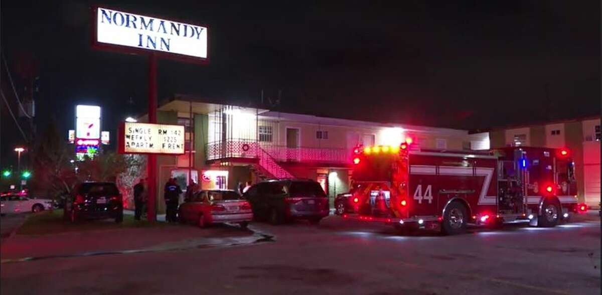 Arson investigators responded to a northeast Harris County motel early Wednesday where an unknown suspect tossed Molotov cocktails into two rooms, setting them ablaze.