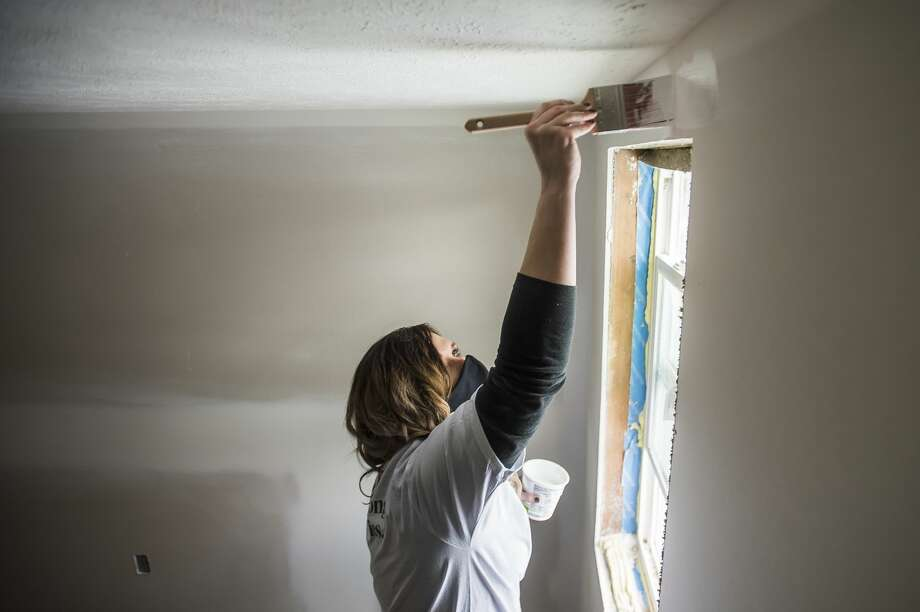 Katie Abbate, a volunteer from TCF Bank, applies primer to a wall as work continues on a home for the reBuild Together project through a partnership between Midland County Habitat for Humanity and United Way of Midland County Wednesday, Jan. 27, 2021 in Midland. (Katy Kildee/kkildee@mdn.net) Photo: (Katy Kildee/kkildee@mdn.net)