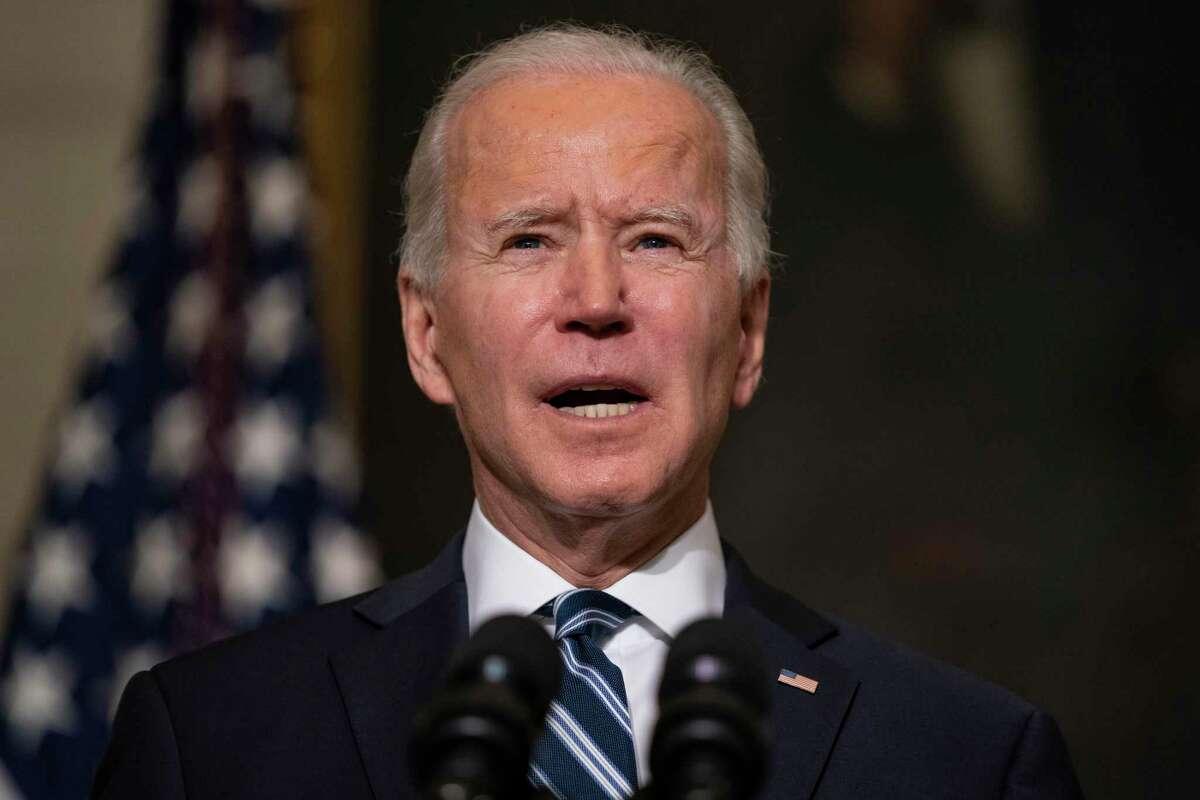 El presidente estadounidense Joe Biden da un mensaje desde el State Dining Room de la Casa Blanca, el 27 de enero de 2021.