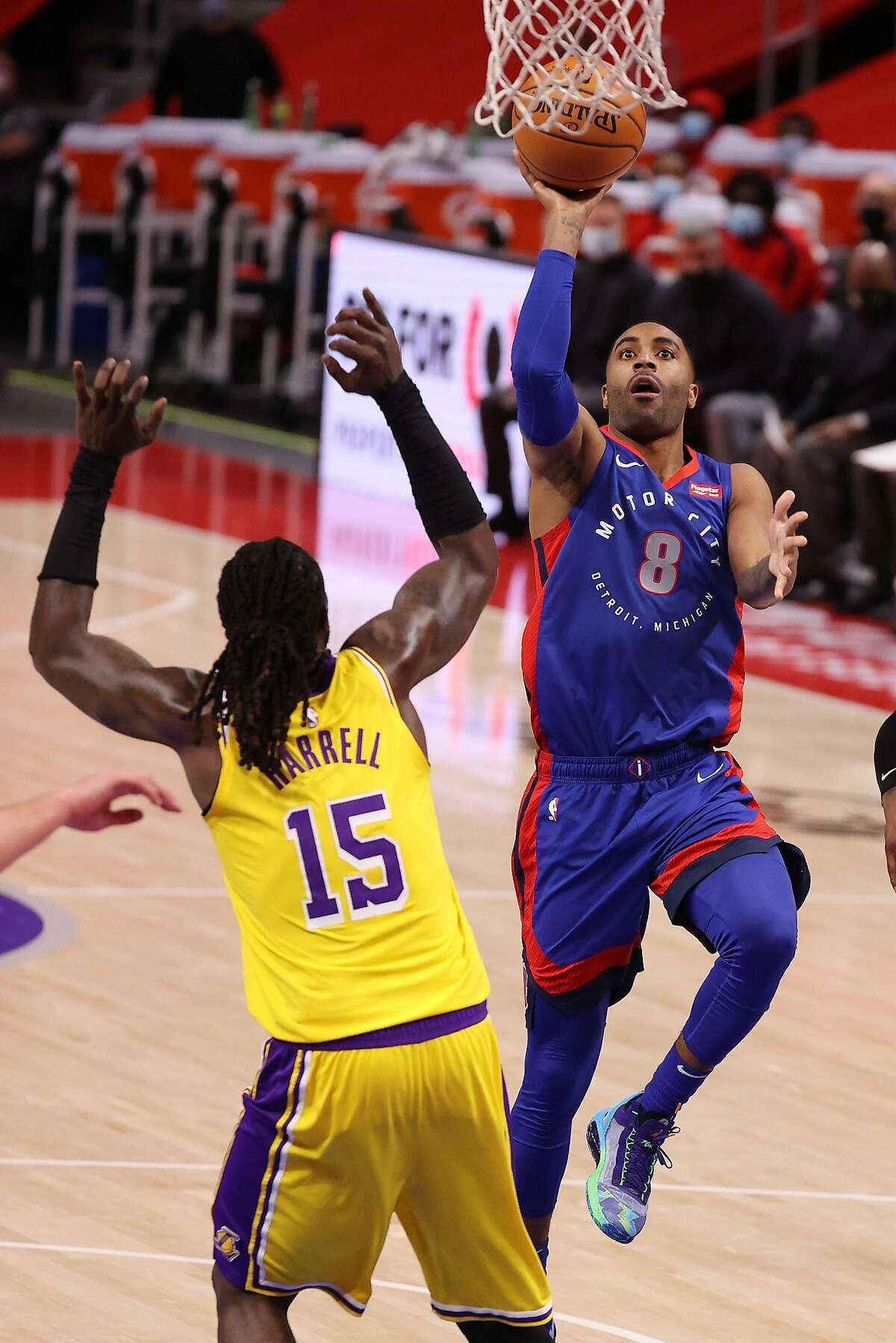 Wayne Ellington (8) of the Pistons scored 20 points as Detroit handed the Los Angeles Lakers their second straight defeat.