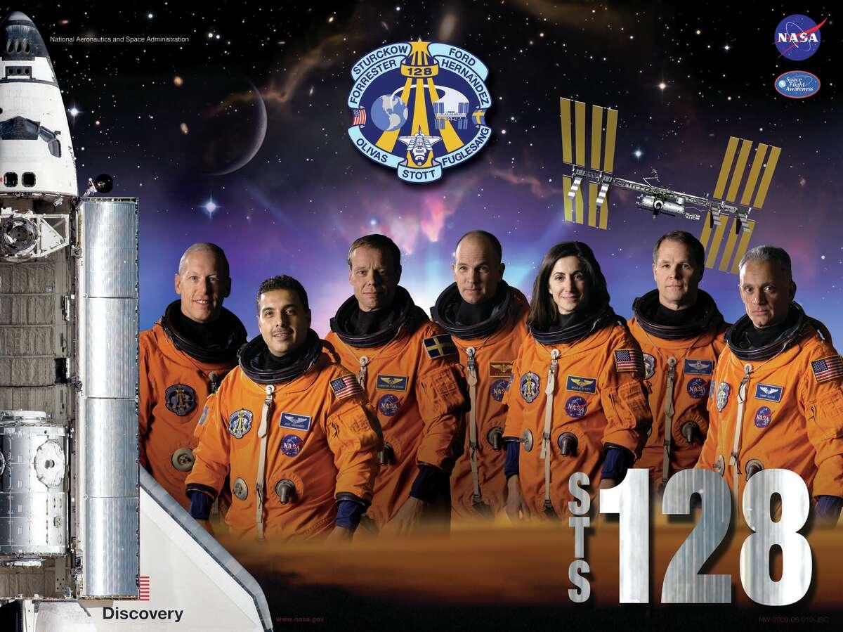 Misión del transbordador espacial STS-128 en 2009 con el comandante Rick Storko, el piloto Kevin Ford y los especialistas de la misión Jose Hernandez, John