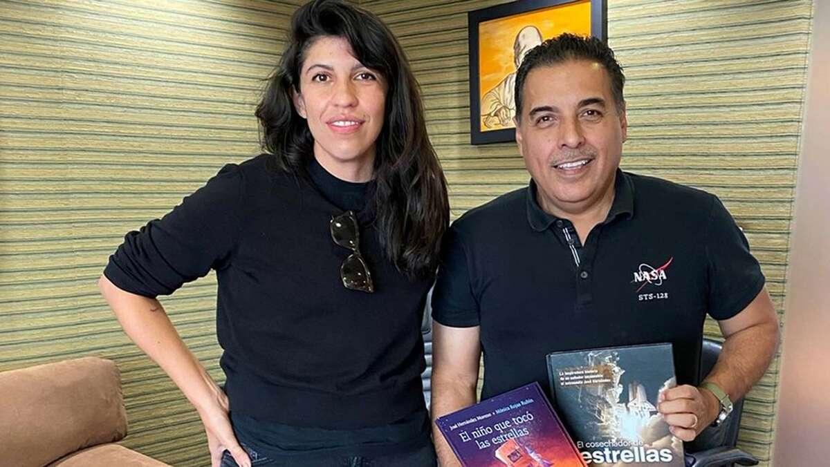 La directora Alejandra Márquez Abela con el ex astronauta de la NASA José Hernández.