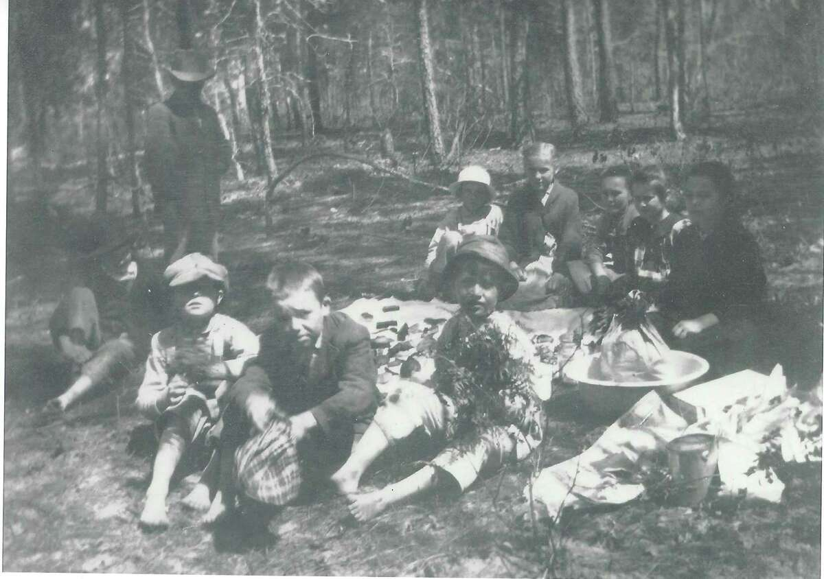 Students of the White Oak School on Longmire Road in the early 1900s. The school was on the Homer Calfee property.