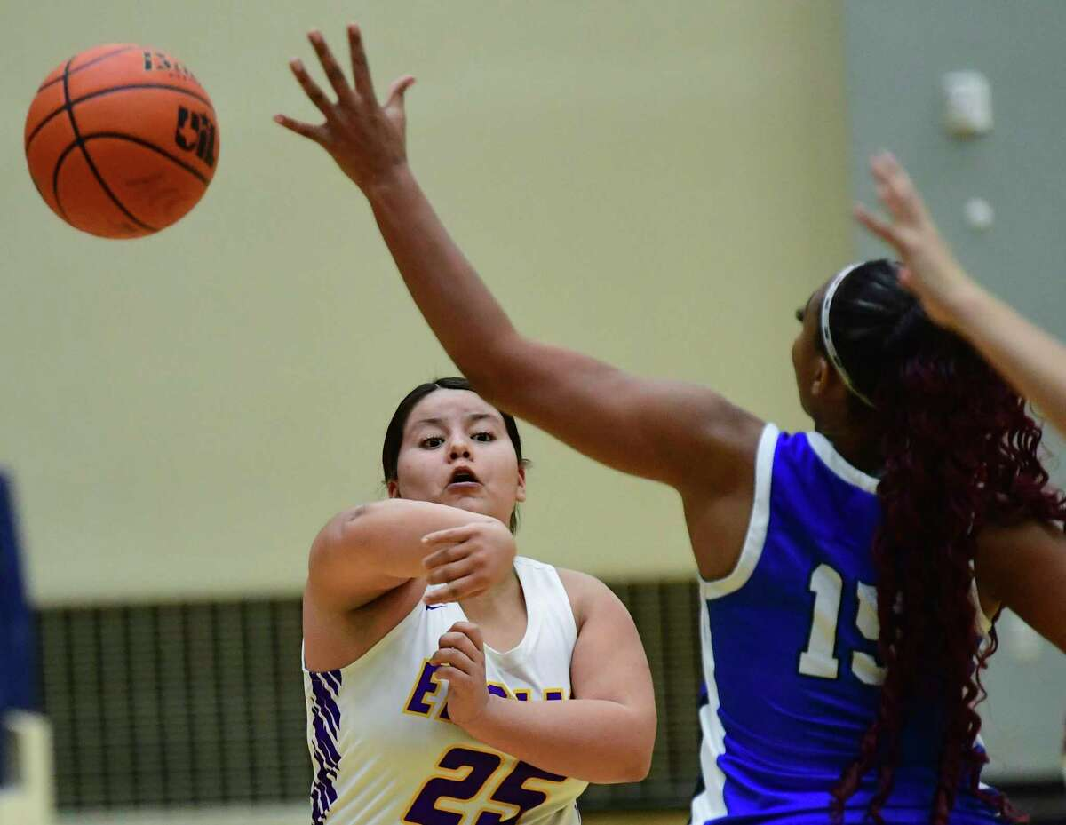 Jade Teran (25) of Brackenridge throws a pass as Jakerria Mayberry of Lanier defends during high school girls basketball action in the Alamo Convocation Center on Friday, Jan. 29, 2021.