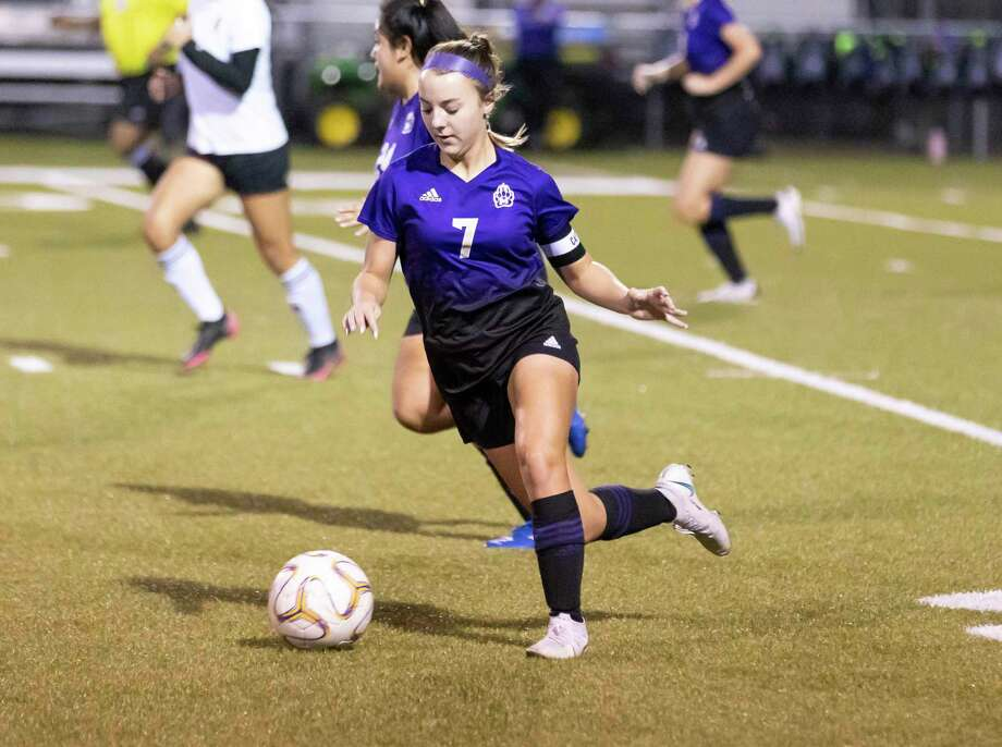 Montgomery defensive midfielder Makenzie Griffith (7) drives the ball during the first period of a District 20-5A girls high school soccer match against Caney Creek at Montgomery High School, Tuesday, Jan. 26, 2021, in Montgomery. Photo: Gustavo Huerta, Houston Chronicle / Staff Photographer / Houston Chronicle © 2021