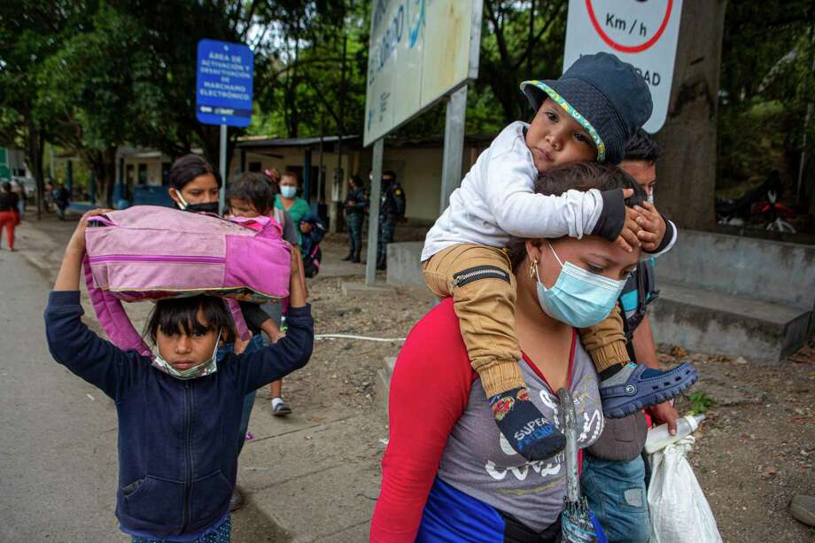 Migrantes hondureños caminan hacia el cruce fronterizo entre Guatemala y Honduras, en El Florido, Guatemala, el martes 19 de enero de 2021 Photo: Oliver De Ros /Associated Press / Copyright 2021 The Associated Press. All rights reserved