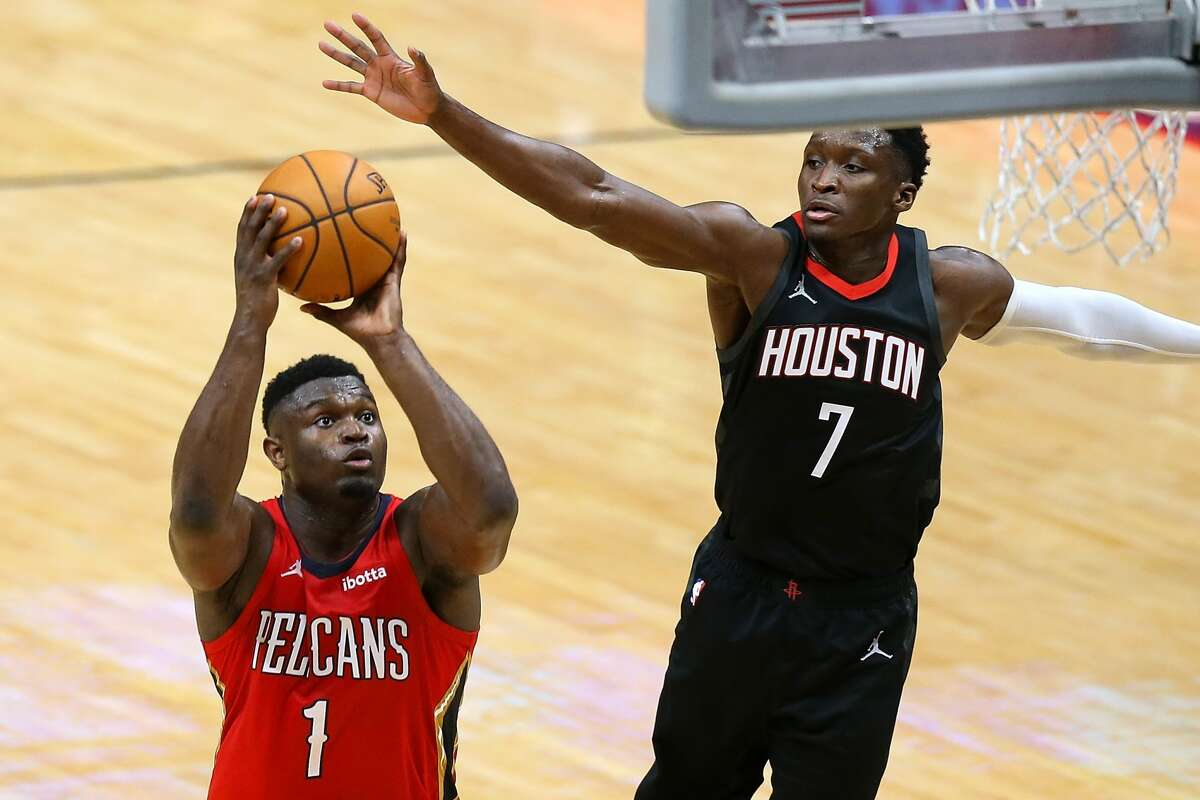NEW ORLEANS, LOUISIANA - JANUARY 30: Zion Williamson #1 of the New Orleans Pelicans shoots against Victor Oladipo #7 of the Houston Rockets during the second half at the Smoothie King Center on January 30, 2021 in New Orleans, Louisiana. NOTE TO USER: User expressly acknowledges and agrees that, by downloading and or using this Photograph, user is consenting to the terms and conditions of the Getty Images License Agreement. (Photo by Jonathan Bachman/Getty Images)