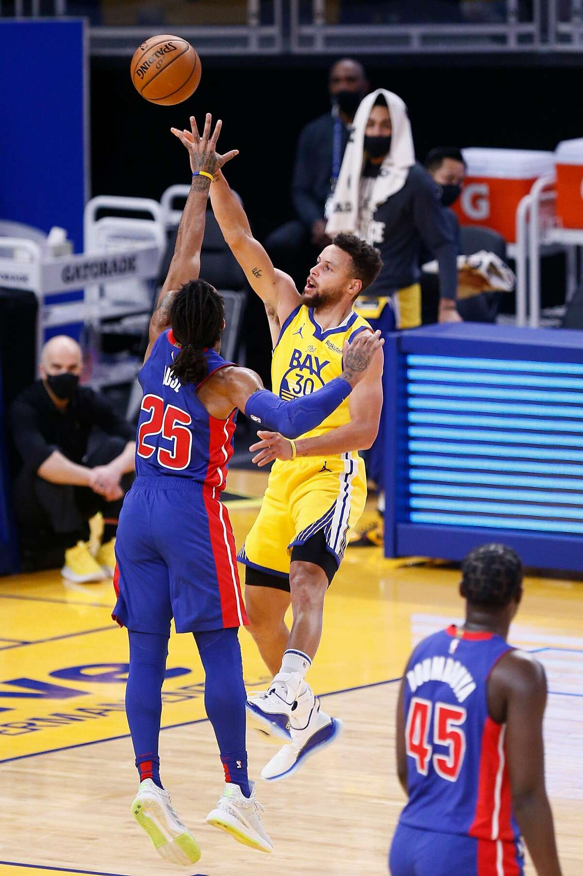 Golden State Warriors guard Stephen Curry (30) scores a two-point field goal against Detroit Pistons guard Derrick Rose (25) in the second period of an NBA game at Chase Center on Saturday, Jan. 30, 2021, in San Francisco, Calif.