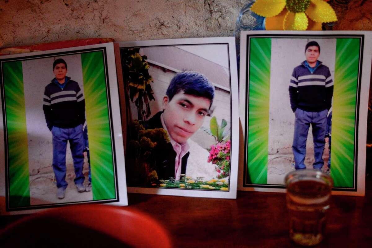 El retrato del migrante guatemalteco Rivaldo Danilo (16), que se cree que está entre las 19 personas asesinadas en México, es velado en su casa en la aldea de Tuilelen, Guatemala el 28 de enero de 2021.