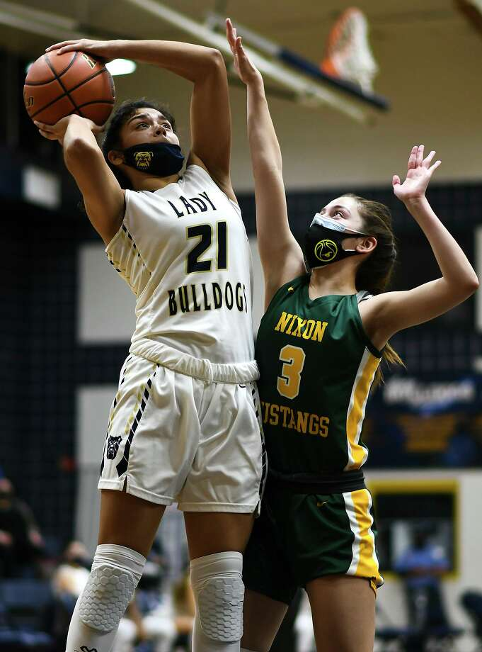 Samantha Carranza scored a game-high 26 points Tuesday in Alexander's 65-33 win at home over Dominique Lecea and Nixon. Photo: Danny Zaragoza /Laredo Morning Times