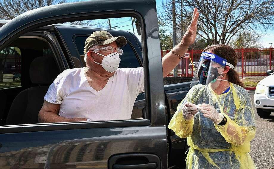 El laredense Pedro García agradece al personal de salud que administró la vacuna COVID-19 después de recibir la inyección de la enfermera de LISD Clarissa Pérez, el lunes 1, de febrero de 2021, en Martin High School durante el esfuerzo conjunto de vacunación del distrito escolar con la Ciudad de Laredo. Photo: Danny Zaragoza / Laredo Morning Times