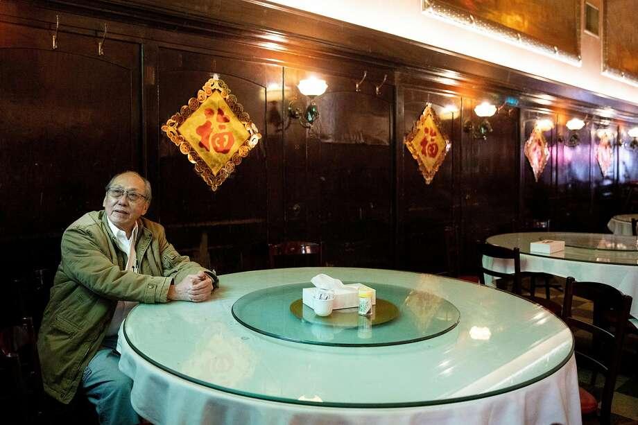 三藩市华埠康年海鲜酒家东主李彪坐在酒家的主餐厅。1920年开业的康年是华埠仅存的大型宴会酒家之一。 Photo: Jessica Christian / The Chronicle