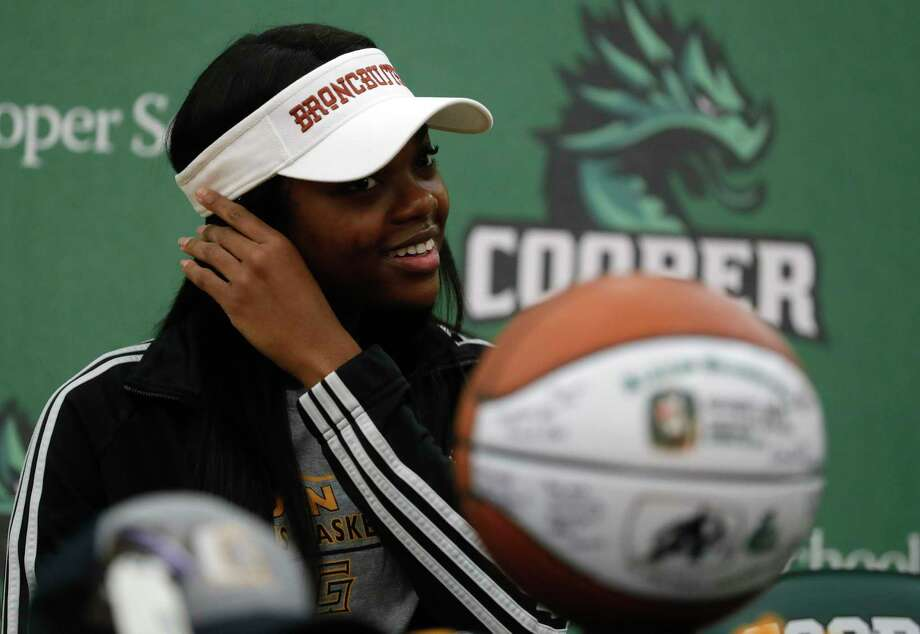 Ajailah Ogiemwonyi removes her mask during a National Signing Day ceremony at The John Cooper School, Wednesday, Feb. 3, 2020, in The Woodlands. Ogiemwonyi signed to play basketball for Garden City Community College. Photo: Jason Fochtman, Houston Chronicle / Staff Photographer / 2021 © Houston Chronicle