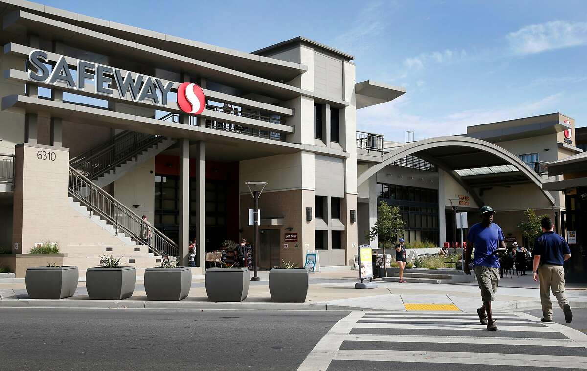 The Safeway store at College and Claremont avenues in Oakland, Calif. on Wednesday, Oct. 14, 2015. Oakland was the first Bay Area city to pass a mandatory pay raise for grocery store workers during the pandemic.