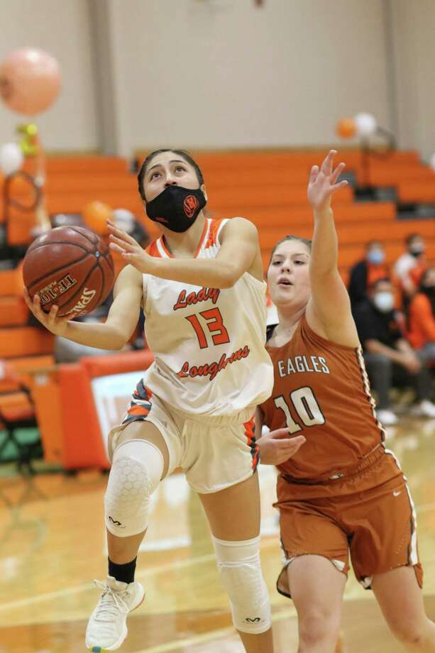 Elisa Peralta scored a career-high 28 points Wednesday as United rolled 86-16 at home over Eagle Pass. Photo: Clara Sandoval /Laredo Morning Times