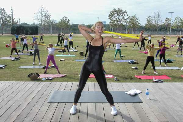 Erin Stewart leading the Savor + Sweat 45-minute class at Buffalo Bayou Park on January 29, 2021.