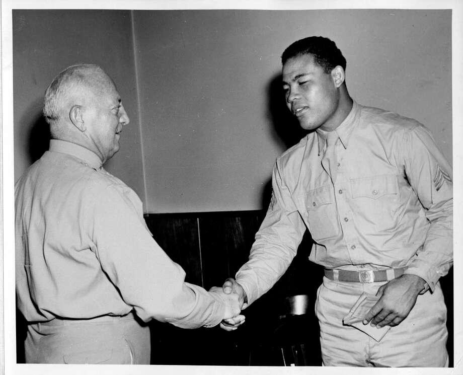 Sgt. Joe Louis greets HRPE commander on Sept. 10, 1943. (Courtesy photo/National Archives)