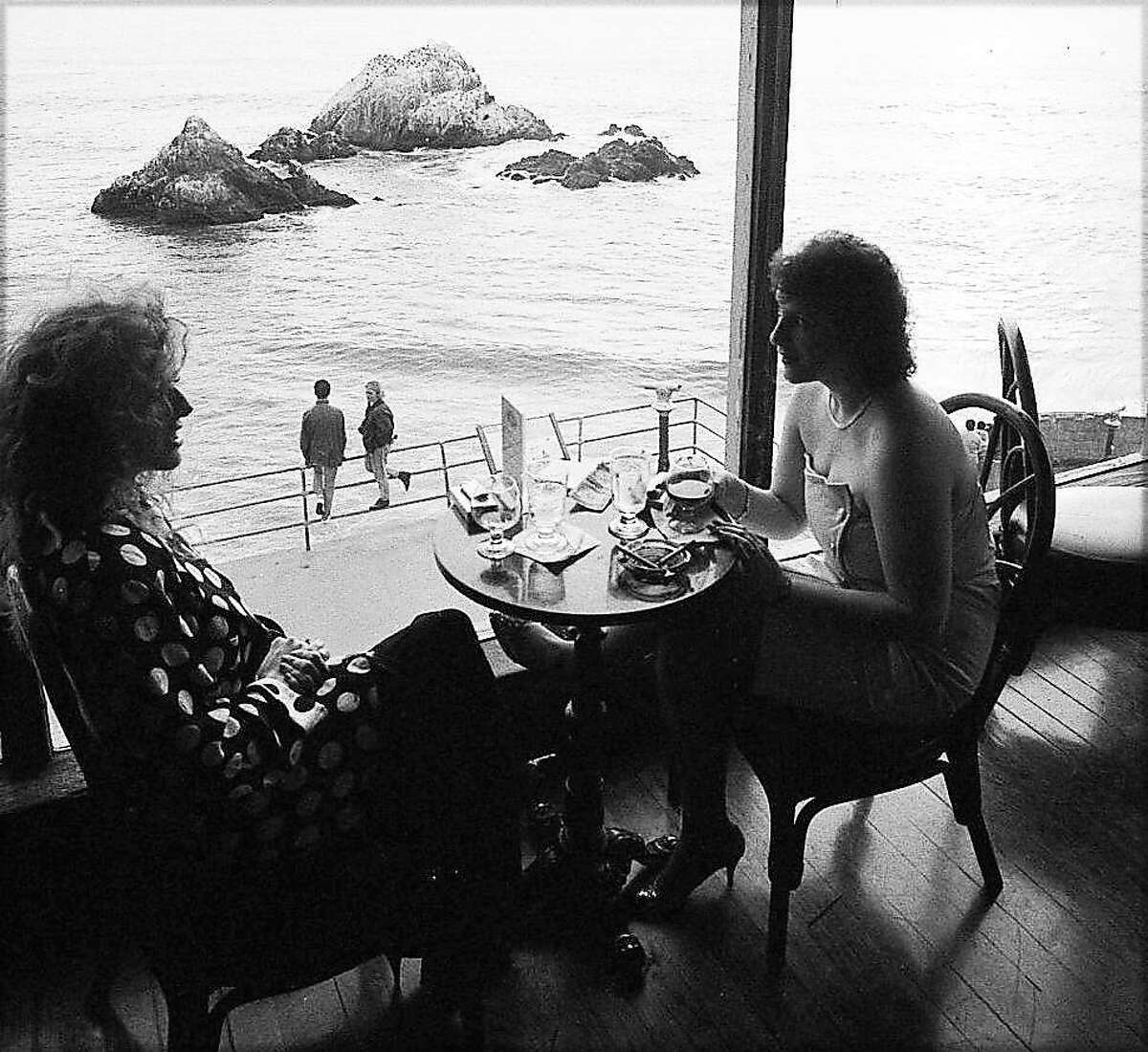 Diners enjoy the view at the Cliff House in 1989.