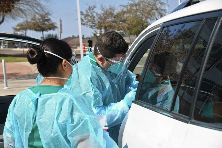 Personal de enfermería y estudiantes de enfermería vocacional certificada de Laredo College fueron voluntarios en la clínica de vacunación para COVID en el Campus Sur de LC. Photo: Christian Alejandro Ocampo / / Laredo Morning Times
