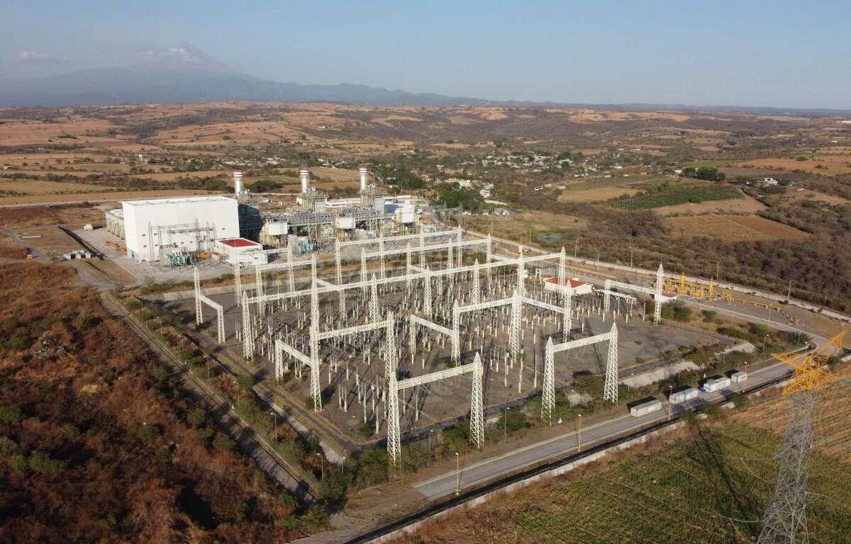 Esta fotografía de archivo del 22 de febrero de 2020 muestra a una planta generadora que forma parte de un enorme proyecto energético que incluye un ducto de gas natural, con el volcán Popocatépetl al fondo, cerca de Huexca, estado de Morelos, México.
