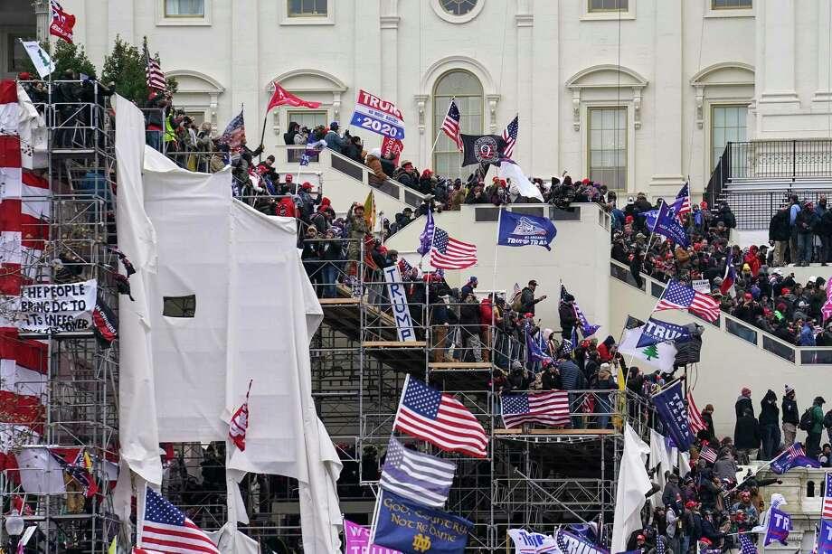 ARCHIVO— Esta foto del 6 de enero de 2021 muestra el asalto al Capitolio, en Washington. Photo: John Minchillo /Associated Press / Copyright 2021 The Associated Press. All rights reserved.