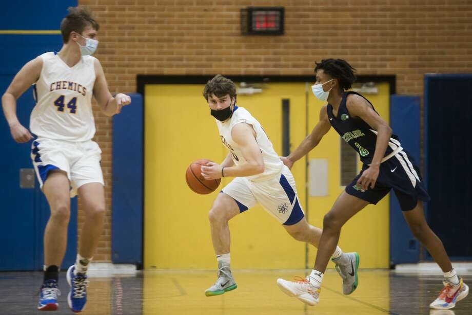 Midland's Al Money dribbles down the court during the Chemics' game against Saginaw Heritage Tuesday, Feb. 9, 2021 at Midland High School. (Katy Kildee/kkildee@mdn.net) Photo: (Katy Kildee/kkildee@mdn.net)