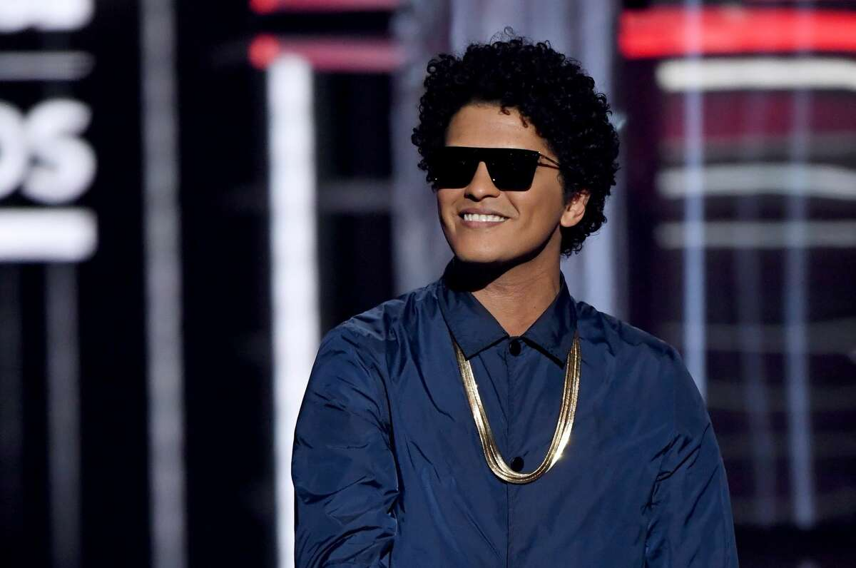 A man scams a woman out of $100,000 after she believed he was Bruno Mars. (Photo by Ethan Miller/Getty Images)