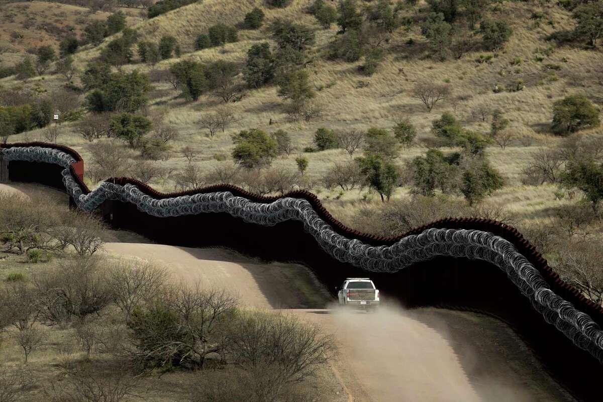 En imagen de archivo del 2 de marzo de 2019 se ve a un agente de la Oficina de Aduanas y Protección Fronteriza de Estados Unidos (CBP por sus iniciales en inglés) patrullar el lado estadounidense de un muro fronterizo con México al este de Nogales, Arizona.