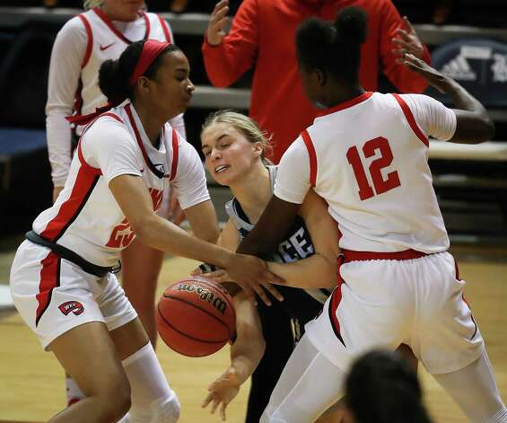 Rice guard Katelyn Crosthwait, center, gets a pass off between Western Kentucky's Jordan Smith (25) and Fatou Pouye (12) during the first half of an NCAA women's basketball game on Friday, Feb. 12, 2021, at Tudor Field House in Houston. Photo: Brett Coomer, Staff Photographer / © 2021 Houston Chronicle