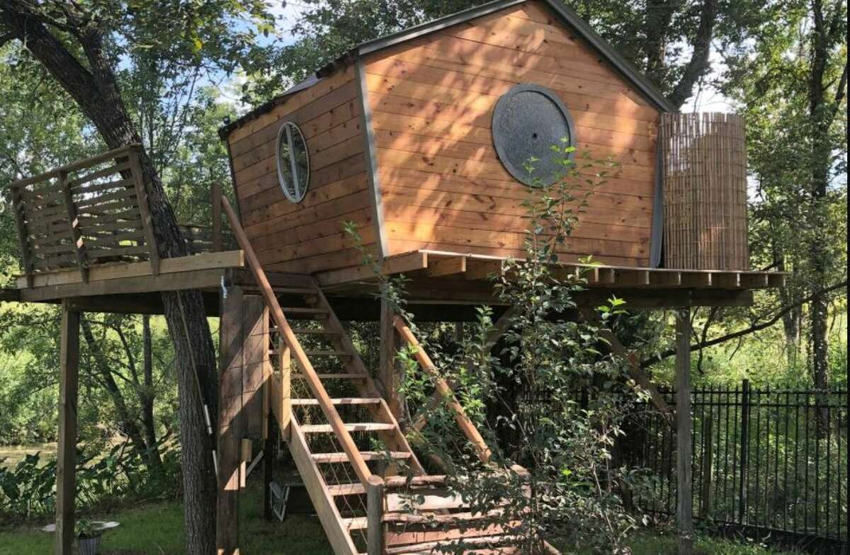 Lake Conroe treehouse: 1 hour and 16 minutes from Houston.