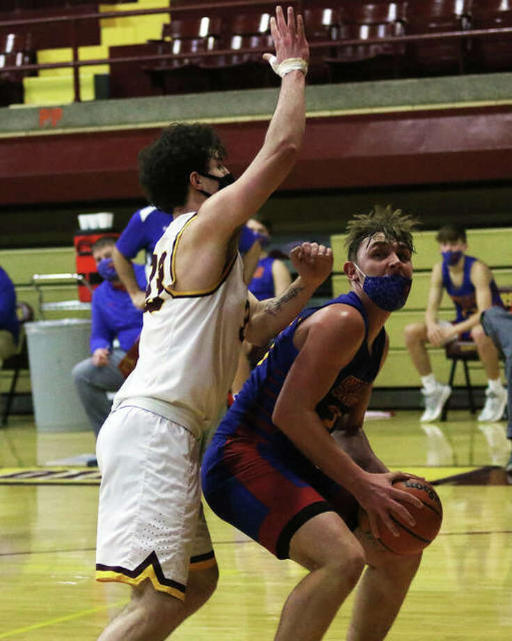Roxana's Gavin Huffman (right) looks to shoot over EA-WR's Evan Merritt earlier this season. Tuesday night, Huffman scored 15 points in a second win over the Oilers this season. Photo: Greg Shashack File | The Telegraph