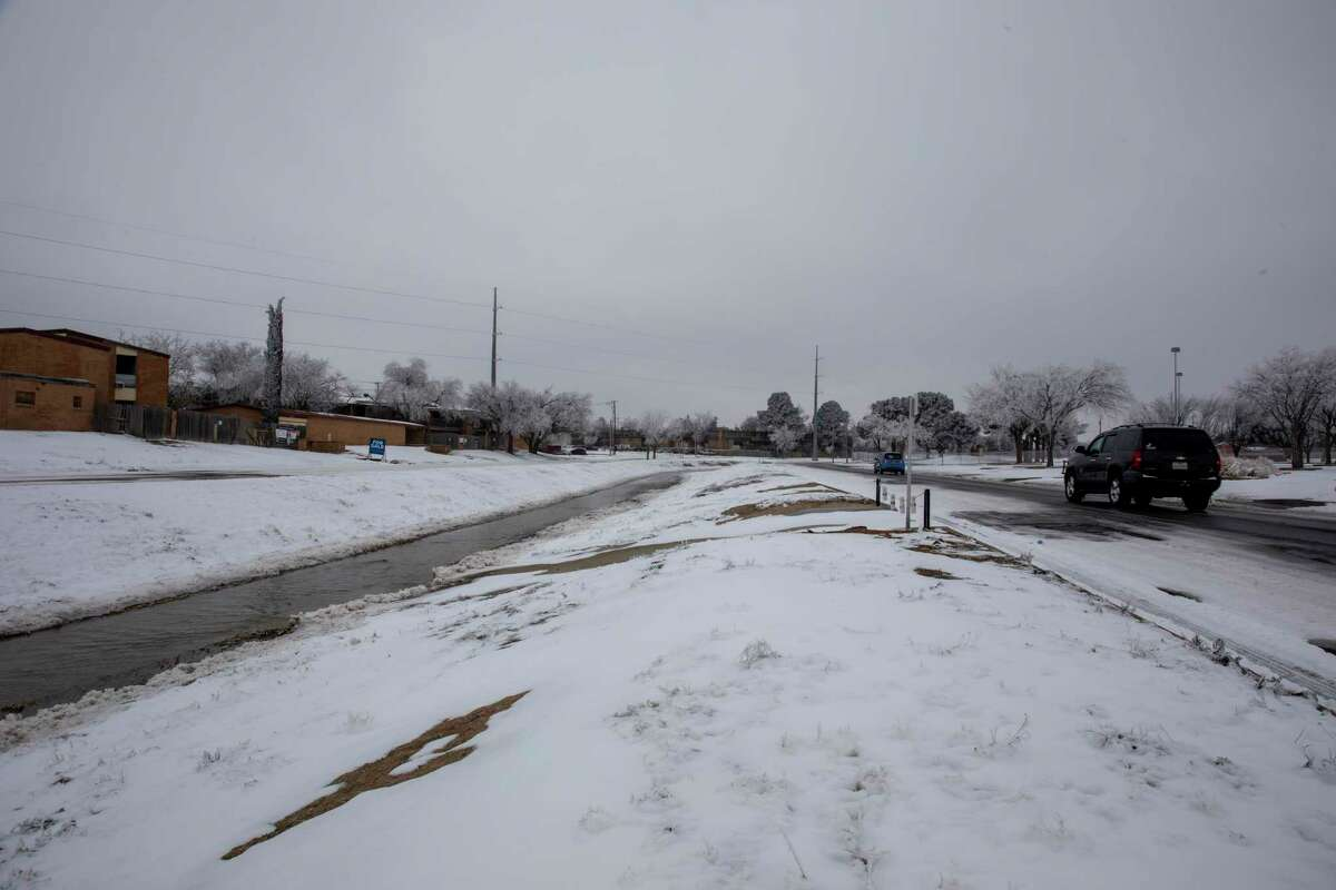 Vehicles wind along the road by Scharbauer Draw on Wednesday, Feb. 17, 2021 at the corner of Scharbauer Drive and Big Spring Street. Jacy Lewis/ Reporter-Telegram