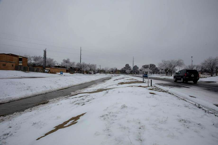 Vehicles wind along the road by Scharbauer Draw on  Wednesday, Feb. 17, 2021 at the corner of Scharbauer Drive and Big Spring Street.   Jacy Lewis/ Reporter-Telegram Photo: Jacy Lewis/ Reporter-Telegram