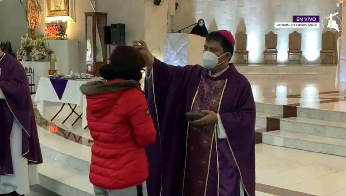 El Obispo de la Diócesis de Nuevo Laredo, México, Monseñor Enrique Sánchez Martínez, impone la ceniza durante la celebración de Miércoles de Ceniza, que marca el inicio de la Cuaresma, en la Catedral del Espíritu Santo el 17 de febrero de 2021.