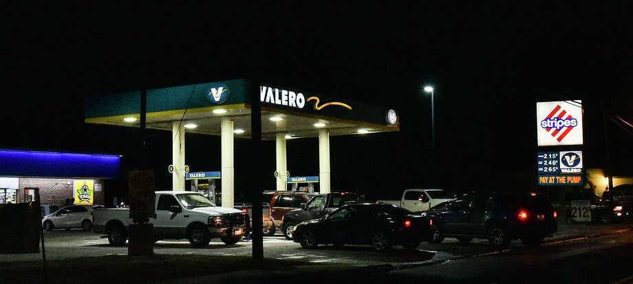 Motorists crowd a Stripes gas station on Arkansas Avenue amid a black out affecting other gas stations, Monday, Feb. 15, 2021, as Laredo experiences freezing temperatures following a winter storm. Photo: Danny Zaragoza/Laredo Morning Times