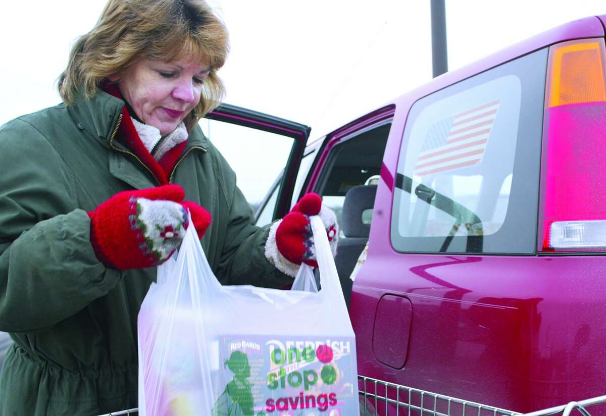 Andrea Sorg, of Cromwell, loads her groceries into her car outside of Stop and Shop in Cromwell before the anticipated blizzard Saturday morning.........photo by Sarah Schultz.......1.22.05