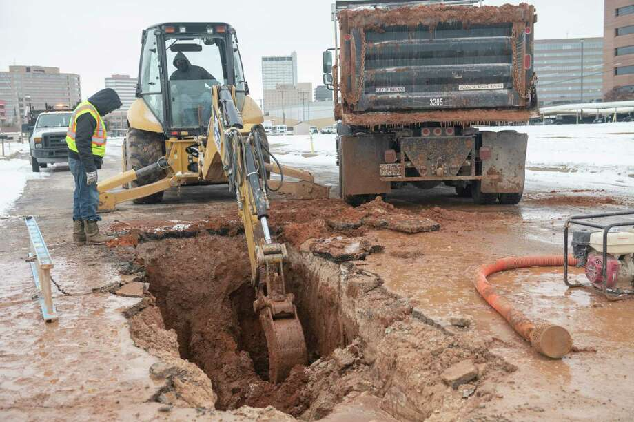 City of Midland utility crews work on digging out a ruptured water line 02/18/2021 at the corner of Cuthbert and Whitaker St. in 20 degree weather. Tim Fischer/Reporter-Telegram Photo: Tim Fischer, Midland Reporter-Telegram