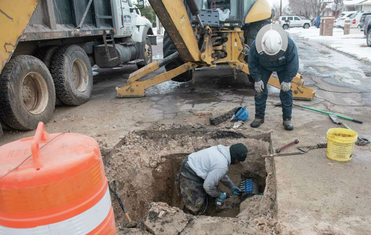 City of Midland utility crews work on restoring a water line 02/18/2021 at the corner of Main St. and Kansas in 20 degree weather. Tim Fischer/Reporter-Telegram