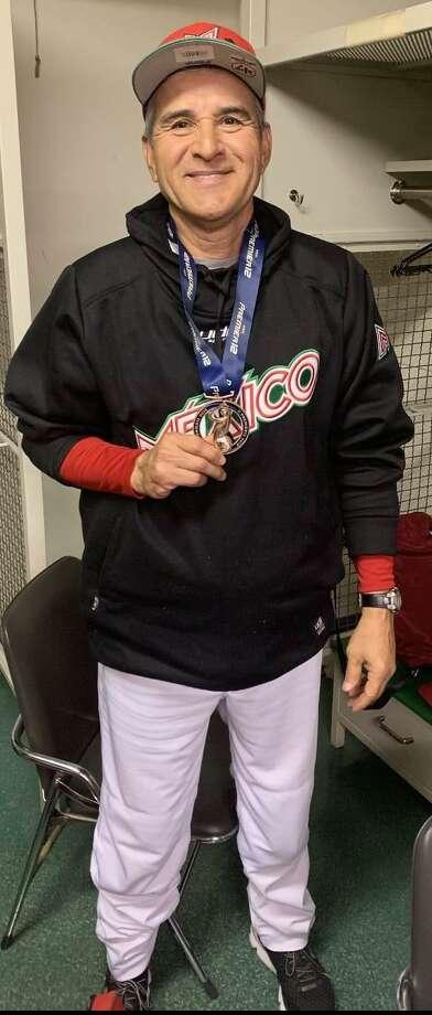 Dan Firova muestra una medalla otorgada cuando fue manager de la Selección Mexicana Photo: /