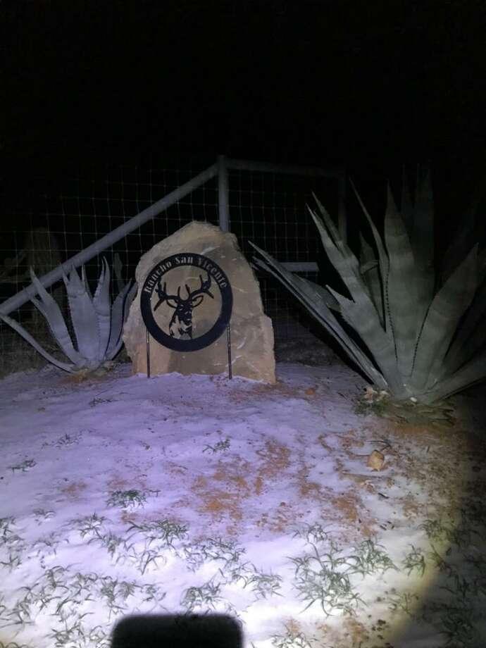 El suelo junto al anuncio en la entrada del Rancho San Vicente, en el área de Nuevo Laredo, México, luce cubierto de hielo por la tormenta invernal que se dejó sentir la semana pasada. Photo: Foto De Cortesía /Gobierno De Nuevo Laredo