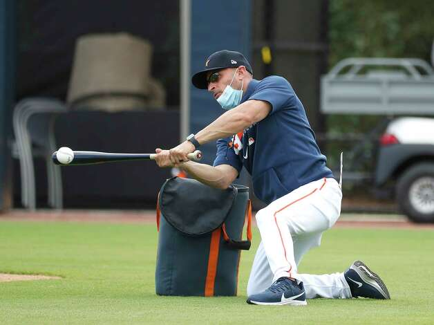 Houston Astros bench coach Joe Espada hits fungo balls on his knees during the first full squad workouts for the Astros, in West Palm Beach, Florida, Monday, February 22, 2021. Photo: Karen Warren, Staff Photographer / @2021 Houston Chronicle
