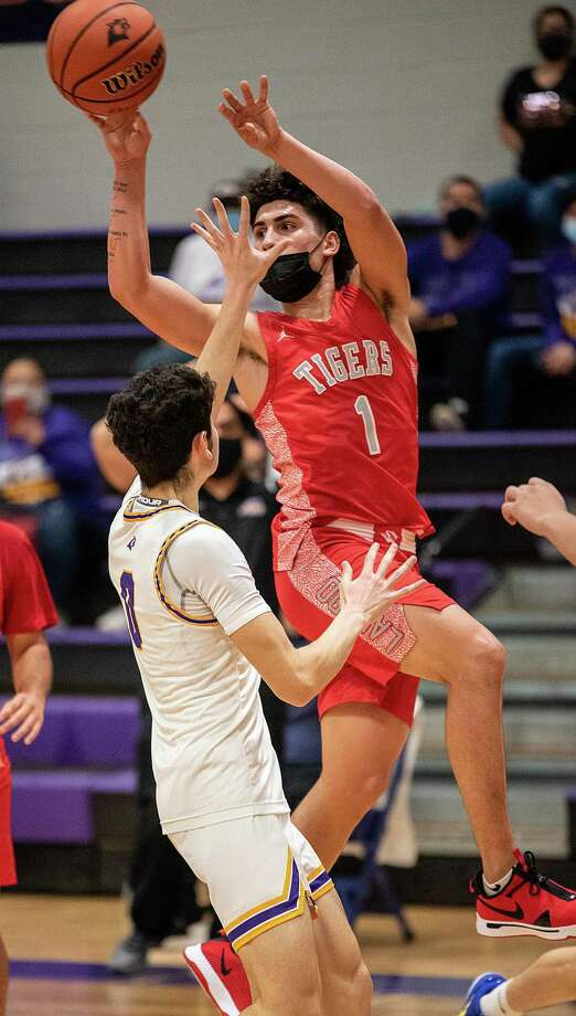 Chris Martinez scored a team-high 17 points Tuesday as Martin was eliminated with a 64-55 loss to Corpus Christi Veterans Memorial in the opening round of the playoffs. Photo: Danny Zaragoza /Laredo Morning Times File